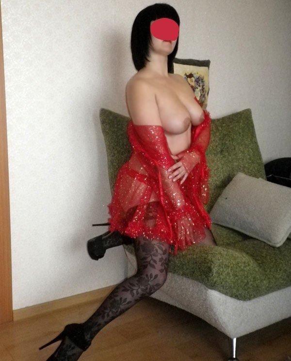 prostitutki-s-viezdom-na-dachu-pozhilaya-tetka-trahaetsya-rakom-foto